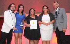 Ejecutivos de Mercado Social y colaboradores en la entrega de uno de los premios de la noche.