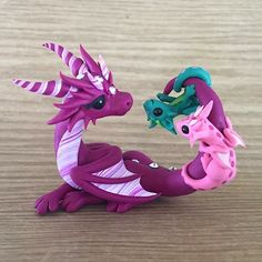 Candy-striped Mama Dragon Sculpture by Dragons and Beasties Polymer Clay Kunst, Polymer Clay Dragon, Polymer Clay Figures, Cute Polymer Clay, Polymer Clay Animals, Cute Clay, Polymer Clay Projects, Polymer Clay Charms, Polymer Clay Creations