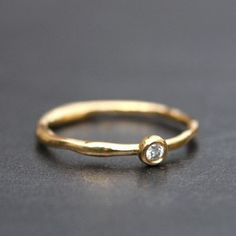 Alliance première rosée en or et diamant de Laurence Oppermann pour l'atelier des bijoux créateurs.