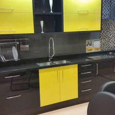 Also, a lot of decorating pro imagine to install the kitchen of their customers in a corridor . Yellow Kitchen Designs, Kitchen Room Design, Home Decor Kitchen, Interior Design Kitchen, Diy Kitchen, Kitchen Furniture, Home Kitchens, Kitchen Yellow, Bedroom Furniture Redo