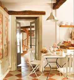 Cozy Mountain Family Holiday Gathering Cabin In Spain is an old house fraught with its own unique history, and history should be respected. feel the old house before reconstruction. Country Decor, Rustic Decor, Interior And Exterior, Interior Design, Ivy House, Rustic Elegance, Cottage Style, French Cottage, French Country
