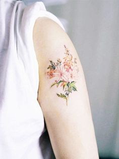 Wie wär's zum Beispiel mit diesem Tattoo? Zarte Farben wirken super feminin und erinnern an ein Aquarell-Gemälde.