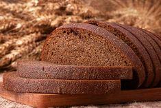 Kvašený chléb z obilného šrotu Potřebujeme na kvásek 1 malou cibuli 50 g chlebové žitné mouky na těsto 1 lžičku oleje 2 lžičky mořské soli 250 g jemného pšeničného šrotu 750 g jemného žitného šrotu 1 lžičku fenyklu nebo kmínu 750 ml podmáslí 50 g chlebového kvásku 42 g droždí 1 lžičku cukru