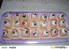 Na pláty alobalu klademe vždy plátek šunky, který potřeme pomazánkou, na to plátek sýra a zase pomazánku, zase šunku a pomazánku a tak pořád dokola až nám vznikne kostka vysoká as.. Pasta Salad, Party Time, Holiday Decor, Cake, Ethnic Recipes, Desserts, Food, Pie Cake, Tailgate Desserts
