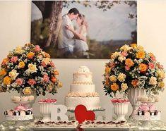 Olha o quadro do casal decorando a mesa do bolo! decoração linda! Essa foto eu peguei lá no inst - casamentociviloficial Candy Bar Wedding, Wedding Pins, Our Wedding, Wedding Cakes, Wedding Champagne, Wedding Cake Table Decorations, Engagement Decorations, Wedding Themes, Ideas Aniversario