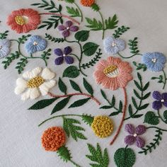 Hand Embroidery Flowers, Crewel Embroidery, Hand Embroidery Designs, Ribbon Embroidery, Embroidered Flowers, Floral Embroidery, Cross Stitch Embroidery, Embroidery Patterns, Machine Embroidery