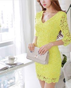 Vestido Amarillo de encaje manga 3/4 cuello v