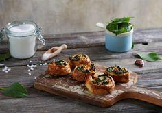 Ślimaczki z ciasta francuskiego ze szpinakiem Bowl Set, Baked Potato, Feta, Muffin, Food And Drink, Potatoes, Baking, Breakfast, Ethnic Recipes