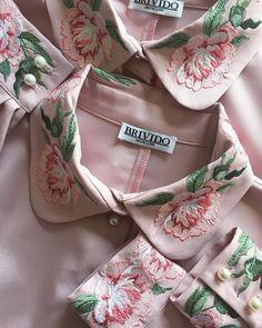 432 отметок «Нравится», 2 комментариев — ЖЕНСКАЯ ОДЕЖДА С ВЫШИВКОЙ (@brivido.ru) в Instagram: «Детали 🌸 #brivido #brividomoscow #embroidery #details #peony #dress #flowers #вышивка #платье…» Embroidery Suits Design, Embroidery Works, Couture Embroidery, Indian Embroidery, Hand Embroidery Patterns, Vintage Embroidery, Embroidery Dress, Floral Embroidery, Machine Embroidery Designs