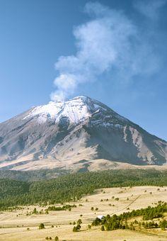 #Popocatepetl, un volcán activo que le da vida al paisaje e irradia respeto en sus alrededores. Es el segundo más alto del país y se encuentra en el límite entre #Puebla, #Morelos y #Mexico. http://www.bestday.com.mx/Hoteles/