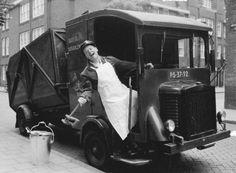 1950 Huisvuil ophalen in Amsterdam, Amsterdam Winter, New Amsterdam, Amsterdam Netherlands, Old Photos, Vintage Photos, Garbage Truck, Utrecht, The Good Old Days, Belle Photo