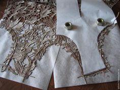 Предлагаю вашему вниманию, дорогие рукодельницы, мастер-класс, посвященный шитью платья из тяжелого, прозрачного и объемного венецианского кружева. Это кружево не имеет фоновой сеточки, также, как и венское кружево, но в отличие от него, — у него не короткие, а длинные бридочки (перемычки), которые соединяют фрагменты узора кружева. Чтобы не потерять этой прозрачности ( и не сделать нечто…