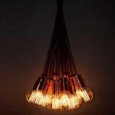 Rame  Descrição: PENDENTE RAME EM ALUMÍNIO ACABAMENTO COBRE C/ LÂMPADA DE FILAMENTO 110V E FIO C/ TECIDO MARROM. A180441 lâmpada filamento A168441 lâmpada balão filamento  Medidas: A168441 Ø95mm x H total: 1700mm. A180441 Ø60mm x H total: 1700mm  Cor: cobre  Lâmpadas: 1x40W E27 110v  Design by: Studio Puntoluce Light & Lab Solutions