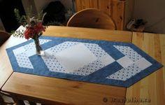 Bastelhexe's Kreativecke: Patchwork-Tischläufer in blau Patchwork Table Runner, Log Cabin Quilts, Tablerunners, Mug Rugs, Coasters, Quilting, Placemat, Furniture, Women's Fashion