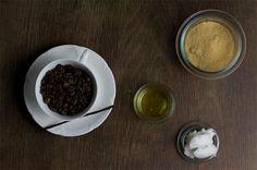 In Sachen Beauty werdet ihr absofort wieder regelmäßig mit DIY-Tipps versorgt und diesen Monat haben wir gemeinsam mit Daniela von Once Upon A Cream ein Kaffee-Vanille-Körperpeeling zusammengemischt. Wenn ihr also vom Kaffeegeruch nicht genug bekommen könnt, dann ist dieses Beauty-DIY genau das richtige für euch. Wir haben das Peeling schonweiterlesen …