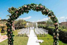 pink and yellow roses arch, white chairs and tulle next to the aisle, palm trees, wedding decoration ideas Small Flower Bouquet, Beautiful Bouquet Of Flowers, Beautiful Flower Arrangements, Green Flowers, Yellow Roses, Pink Yellow, Rustic Wedding Centerpieces, Wedding Flower Arrangements, Floral Centerpieces
