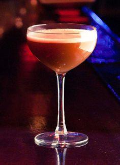 Paco nos ha preparado un cóctel clásico, de los pocos que tiene Scotch. Whisky Scotch, Vermut Rojo, Zumo de Naranja, Licor de Cereza Heering. A la altura de Rodolfo Valentino