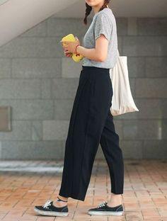 黒いパンツと黒スニーカープラス白バッグ。トップスはグレーでカジュアルながらも落ち着いた色でまとめれば大人っぽくシンプル。すぐに真似できそうですね。