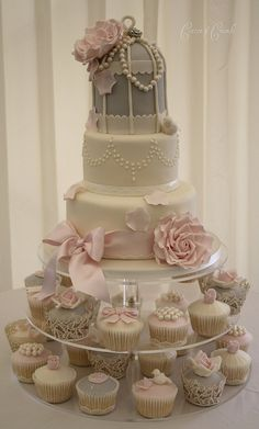 Loving the shabby chic wedding cake