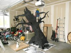 Tree How To.I so wish someone would sponsor my Halloween parties so I can do all that I want and it not cost me a million bux! Halloween Prop, Halloween Town, Diy Halloween Tree, Halloween Outside, Outdoor Halloween, Holidays Halloween, Happy Halloween, Halloween Decorations, Halloween Parties