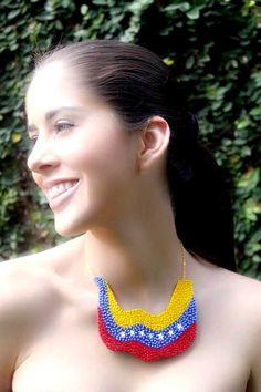 Mira como @letterstolucia luce este collar de nuestra bandera ondeando. Te gusta? Escribenos a ✉arenabyastrid@gmail.com o a nuestros teléfonos de contacto 00573044426072 y 00584161703728 #chic #casual #trendy #necklace #collar #tricolor #bandera #venezuela #collar #moda #madeinvzla_ #fashion #handmade #hechoamano #mmodavenezuela