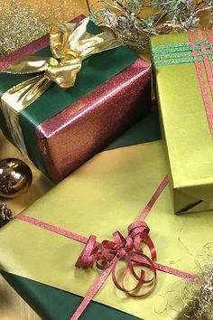 Habt ihr gerade so in letzter Sekunde ein Geschenk gekauft? Zu Weihnachten, Ostern, Geburtstag oder Hochzeit? In meinem DIY Geschenke einpacken mit mehrfarbigen Papier und schönen Schleifen, zeige ich euch, wir ihr ein Geschenk recht einfach aber sehr wirkungsvoll eingepackt. Klickt hier für 4 tolle Einpack-Ideen für eure Geschenke.