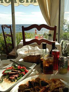 포지타노의 전망좋은 레스토랑 Buca di bacco    포지타노의 멋진 풍경 보며 맛있는 음식 먹으며 한껏 이국적인 남부 분위기 내기 좋았던 곳. Ristorante Buca di bacco 외관상 비싸보여서 들어가기 전에 좀 망설였으나, 생각보다 비싸지 않았다.  음식도 맛있었고 전망도 분위기도 너무 좋았고 종업원들도 착하고 친절했던 곳, 그리고 젤 기분좋았던 건 계산할때 다른 도시에선 따로 붙었던 자릿세가 붙지 않았다는거..