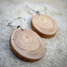 Kruhy+na+vodě+Náušnice+ze+dřeva+jeřábu.+Povrch+upraven+a+ošetřen+bezbarvým+matným+lakem.+Závěs+z+chirurgické+oceli.+Výška+dřevěné+části:+25+mm,+šířka+22+mm.+