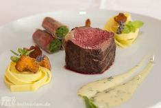 Rump steak back with chanterelles, bacon beans and tagliatelle with sauce Be . Meat Recipes, Gourmet Recipes, Michelin Star Food, Beef Fillet, Roasted Fennel, Good Food, Yummy Food, Yummy Lunch, Weird Food