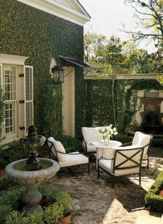 Heres How to Make Your Patio Look Luxe No Matter the Size Kick back under the sun with these stylish designer ideas for outdoor rooms. The post Heres How to Make Your Patio Look Luxe No Matter the Size appeared first on Outdoor Diy. Small Outdoor Spaces, Outdoor Areas, Outdoor Rooms, Outdoor Living, Small Patio, Small Terrace, Outdoor Seating, Small Spaces, Small Pergola