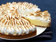 All the tricks to make an incredible lemon meringue pie - Lemon meringue pie is more than a divine dessert. It is a skilful balance between the acidity of th - Brownie Recipes, Cake Recipes, Snack Recipes, Dessert Recipes, Snacks, Lemon Meringue Pie, Easy Smoothie Recipes, Fall Desserts, Ice Cream Recipes