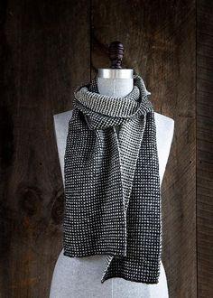 Vævestrikket tørklæde, der er meget let at strikke og holder i mange år. Der er ingen løkker på bagsiden, og du strikker kun med 1 farve ad gangen. Prøv det!