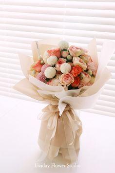 Bouquet Wrap, Hand Bouquet, Rose Bouquet, Wrapping Bouquets, Sky Aesthetic, Table Flowers, Flower Designs, Planting Flowers, Flower Arrangements
