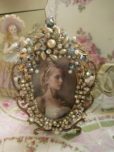 Its a picture frame. pearl and aurora borealis vintage jeweled frame by mylulabelles, Jewelry Frames, Jewelry Tree, Old Jewelry, Jewelry Mirror, Looks Vintage, Vintage Shabby Chic, Vintage Love, Vintage Pearls, Estilo Shabby Chic