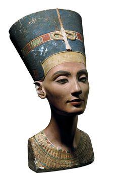 La Gran Esposa Real Nefertiti ostentó un papel principal en la corte de Amarna, el Horizonte del Sol, una nueva capital fundada por Akhenatón en honor al disco solar Atón.