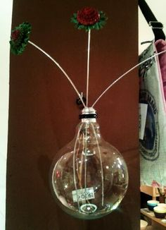 Bombilla decorativa, transformada en florero.