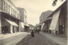 1930 Χανιά, η Χάληδων τραβηγμένη από την Πλατεία 1866. Δεξιά ο Χρυσόστομος , αριστερά τα κτήρια του Κούνδουρου και μετά το μέγαρο Παραδομενάκη 1930, Crete, Old Pictures, Nostalgia, Street View, History, Memories, Vintage, Memoirs
