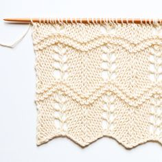 Point de flèches ajourées - Arrow lace stitch — trust the mojo Knitting Charts, Knitting Stitches, Knitting Patterns, Crochet Stitch, Crochet Top, Crochet Pattern, Waffle Stitch, Summer Kimono, Seed Stitch
