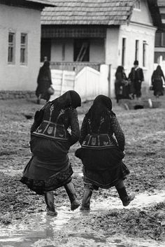 Old Pictures, Old Photos, Vintage Photos, Dance Wallpaper, Hungarian Embroidery, Folk Costume, Costumes, Folk Dance, Dance Photography