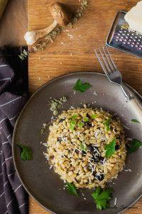 Risotto z grzybami i pęczakiem. Czyli kaszotto lub pęczotto. - Trawka Cytrynowa Paella, Grains, Rice, Ethnic Recipes, Food, Essen, Meals, Seeds, Yemek