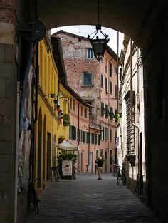 Lucca street ~ Toscana ~ the only town in Tuscany not conquered by Florence and remains much unchanged since the medieval period. I fall in love with Lucca Places In Italy, Places To Go, Emilia Romagna, Lucca Italy, Vintage Italy, Cruise Travel, City Streets, Italy Travel, Florence