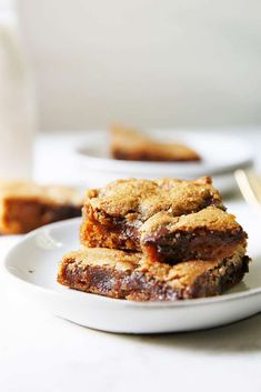 These Gluten-Free Chocolate Chip Cookie bars are easy to put together, using just 1-bowl and no fancy equipment. Almond Butter Cookies, Gluten Free Chocolate Chip Cookies, Paleo Cookies, Chocolate Chip Cookie Bars, Gluten Free Cookies, Lexi's Clean Kitchen, Funfetti Cookies, Healthy Muffins, Oat Muffins