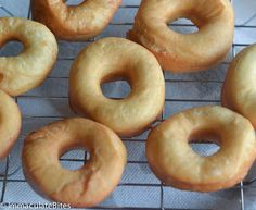 Krispy Kreme Doughnut Recipe(Copy Cat) -- Light and fluffy donuts topped with a rich glaze on top that will melt in your mouth. Tastes as good as the store-bought Krispy Kremes! Krispy Creme Donut Recipe, Easy Donut Recipe, Donut Recipes, Bread Recipes, French Macarons Recipe, Macaron Recipe, Cracker Barrel Corn Muffins, Homemade Doughnuts Easy, Donut Mix