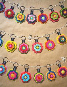 Schlüsselanhänger von Hono Lulu (dawanda) bzw. fummelhummel Taschenbaumler Button Applikation Nähen Blume Prilblume Häkelblume Filz Cam Snaps bunt retro lila pink rot orange grün rosa gelb blau türkis braun petrol