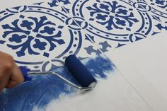 How to Stencil Tile Floors the Easy and Affordable Way DIY - Bodenbelag - Painted floor tiles Painting Tile Floors, Painting Shower, Painted Floors, Painted Floor Tiles, Bubble Painting, Stenciled Curtains, Stenciled Floor, Stencil Diy, Stencil Painting