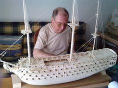 Maquetas de coches,barcos, y otros medios de locomoción realizadas con palillos de dientes planos.
