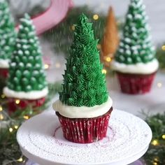 Stunning Christmas or Easter Cupcakes - cupcake videos Christmas Cake Designs, Christmas Tree Cupcakes, Christmas Cake Decorations, Holiday Cupcakes, Christmas Snacks, Christmas Cooking, Christmas Goodies, Holiday Baking, Christmas Desserts