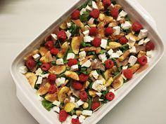 Salada de rúcula com presunto, queijo de cabra, figos e framboesas
