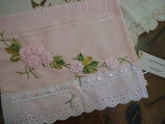 LOY HANDCRAFTS, TOWELS EMBROYDERED WITH SATIN RIBBON ROSES: Toalha bordadas para Lavabo.