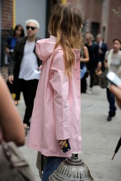 Street Style: Back to School Fashion ​NYFW Street Style: Back to School Fashion: Man Repeller waysify​NYFW Street Style: Back to School Fashion: Man Repeller waysify Pink Raincoat, Raincoat Outfit, Look Fashion, Winter Fashion, Fashion Tips, Fashion Trends, Back To School Fashion, Nyfw Street Style, Raincoats For Women